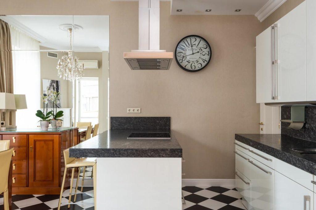 Zegar na ścianie w kuchni